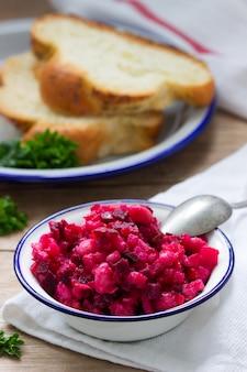 Vinaigrette di verdure magra russa tradizionale dell'insalata in una ciotola del ferro.