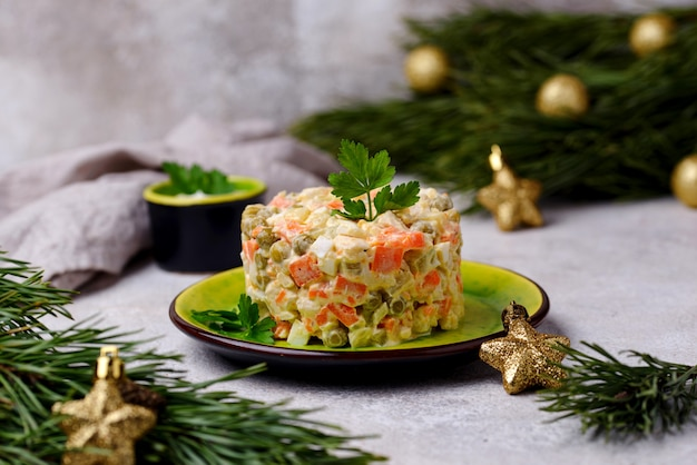 Insalata russa tradizionale olivier. cibo di capodanno