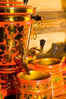 Samovar russo tradizionale con tazze