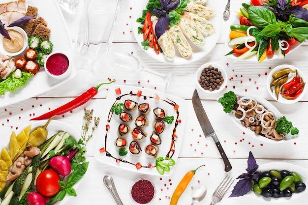 Tavola calda russa tradizionale, varietà di cibo