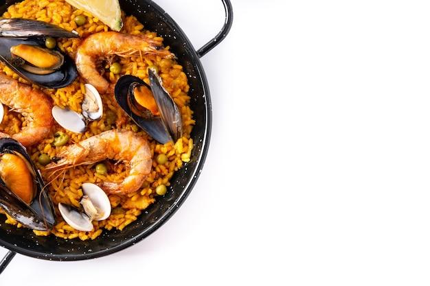 Paella spagnola tradizionale dei frutti di mare isolata su fondo bianco