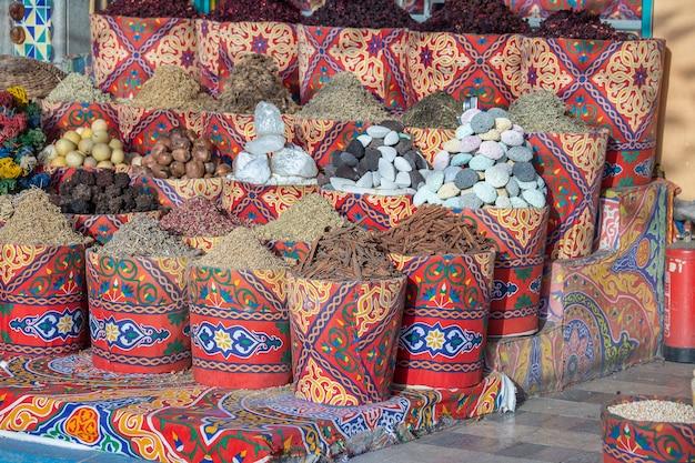 Bazar delle spezie tradizionali con erbe e spezie in vendita ai turisti nel vecchio mercato di strada a sharm el sheikh, egitto, primo piano