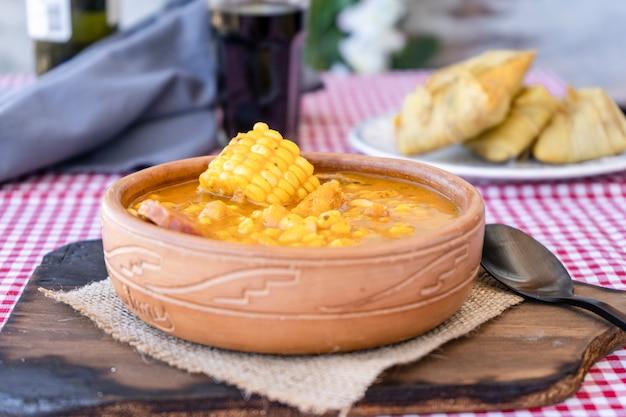 Spezzatino tradizionale del nord dell'argentina, il locro è fatto a base di mais, carne e zucca. cibo regionale.