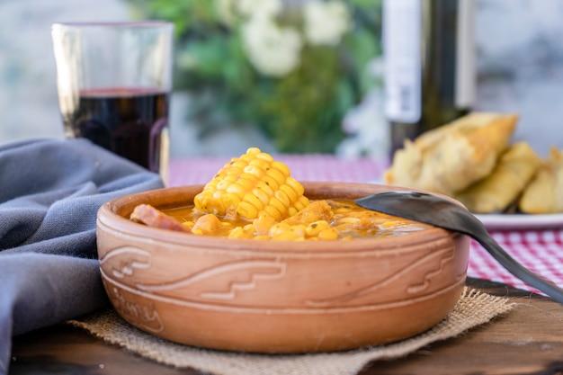 Spezzatino tradizionale del nord dell'argentina il locro è fatto a base di carne di mais e zucca