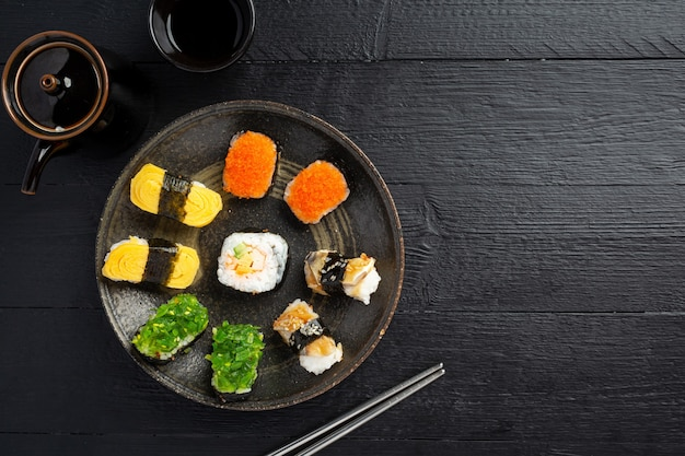 Sushi tradizionale sulla superficie scura