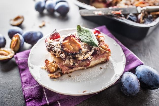 Il dolce tradizionale della prugna sulla zolla bianca.