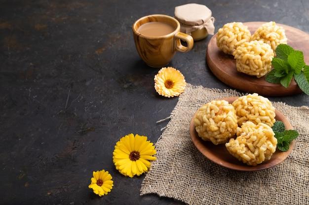 Chak-chak tradizionale della caramella tartara fatta di pasta e miele con una tazza di caffè su cemento nero e tessuto di lino.