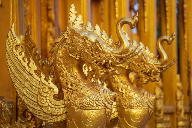 Stucco tradizionale in stile tailandese sulla chiesa nel tempio, thailandia