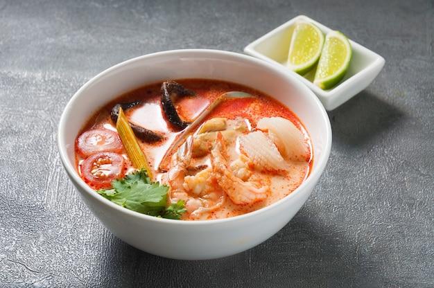 Zuppa tradizionale tailandese di tom yam con frutti di mare