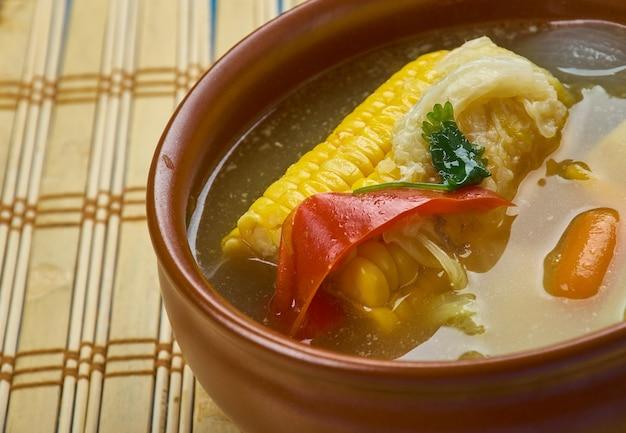 Zuppa di mais tradizionale di trinidad - popolare cibo di strada di trini. fatta con piselli spezzati, mais e gnocchi questa zuppa