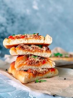 Pide di piatto tradizionale turco al forno con ripieno di carne.