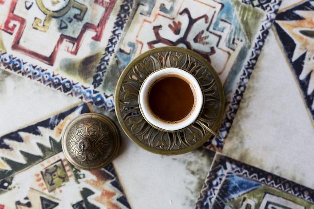 Caffè turco tradizionale. caffè orientale sul tavolo in una tazza di rame. tbilisi, georgia. foto di alta qualità
