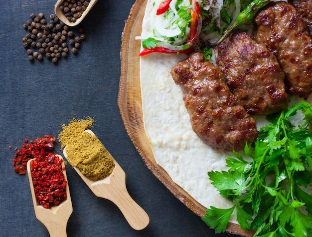 Polpetta kofte di cibo turco tradizionale con spezie