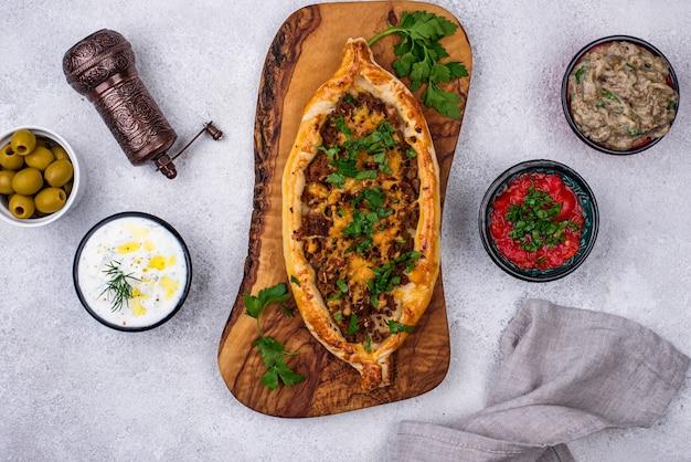 Pide tradizionale turca con carne