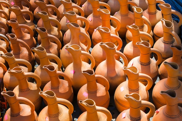 Caraffe tradizionali in ceramica fatte a mano.