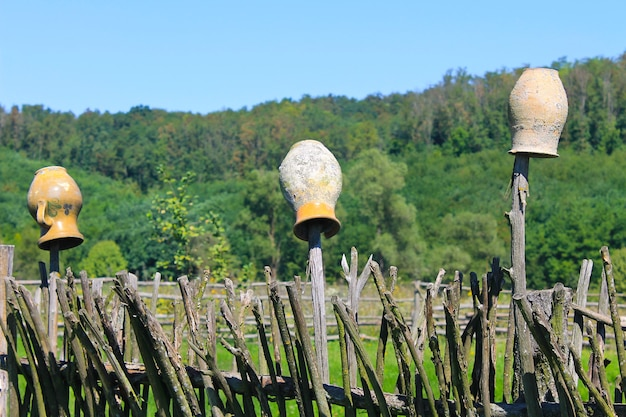 Vasi di argilla ucraini tradizionali sul recinto di vimini