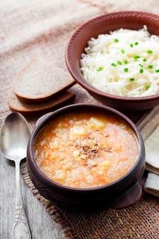 Zuppa invernale ucraina tradizionale con crauti e miglio