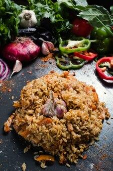 Fondo di verdure del piatto di plov di cucina tradizionale uzbeka