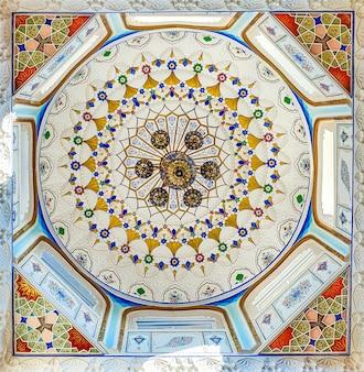 Modello tradizionale uzbeko sulla piastrella di ceramica sul muro della moschea,