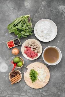 Minestre di pasta vietnamite tradizionali pho in ciotole, fondo concreto zuppa di manzo vietnamita pho bo, primo piano. cibo asiatico/vietnamita. cena vietnamita. pasto phobo. vista dall'alto. sano