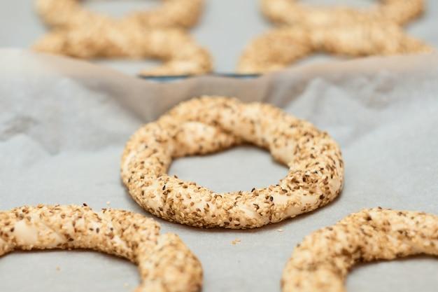 Pane bianco tradizionale con semi di sesamo per colazione