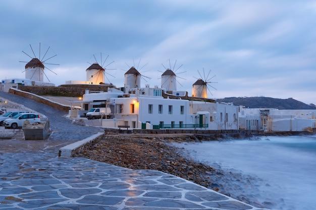 Mulini a vento tradizionali all'alba a mykonos, grecia