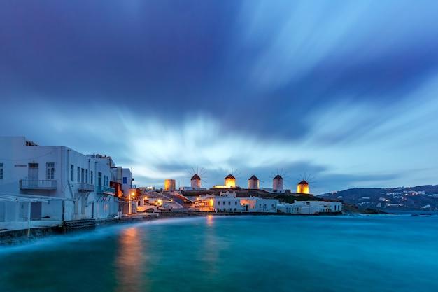 Mulini a vento tradizionali all'alba, santorini, grecia