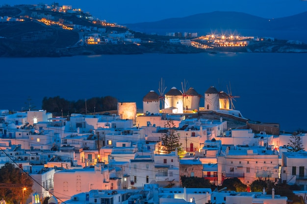 Mulini a vento tradizionali al tramonto, santorini, grecia