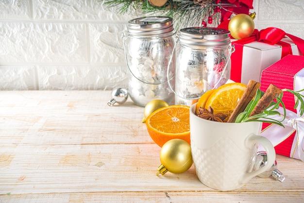 Bevanda alcolica invernale tradizionale con decorazione