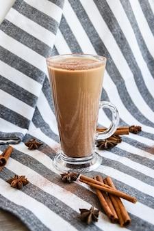 Zabaione invernale tradizionale in tazza di vetro con latte. caffè