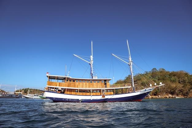 Barca di legno tradizionale che galleggia sul mare a labuan bajo