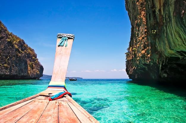 Barca di legno tradizionale all'isola di phi phi, thailandia, asia.