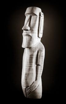 Tradizionale statua in legno di un moai dell'isola di pasqua. bianco e nero.
