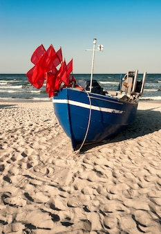 Barca di traditionalfisherman su una riva sabbiosa