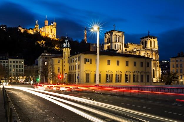 Traffico su un ponte di notte, lione, francia.