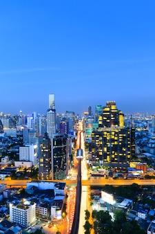 Ingorgo a bangkok, capitale della thailandia al crepuscolo, preso da un edificio alto al centro degli affari