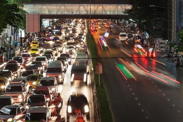 Ingorgo nella strada notturna nella megalopoli