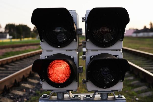 Segnale rosso di manifestazione del semaforo su una ferrovia, fine su