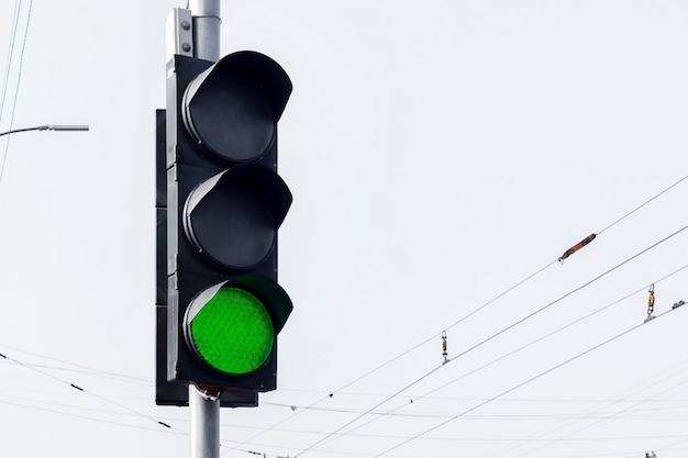 Semaforo con luce verde su sfondo chiaro. la strada è libera
