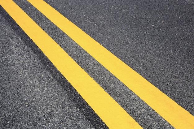 Linea di traffico su strada con sfondo texture.