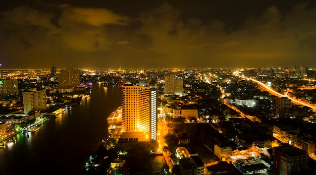 Traffichi alla notte, punto di vista su un cielo, bangkok, tailandia