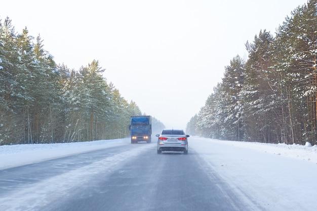 Traffico su una strada invernale nel nord della russia, sicurezza stradale nel ghiaccio