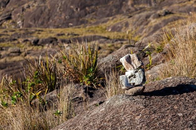 Segnavia nel paesaggio montano negli altopiani del brasile
