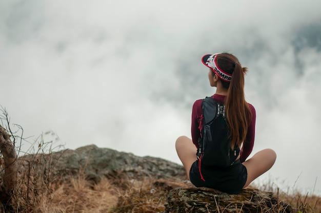 Resto della ragazza che corre in montagna.