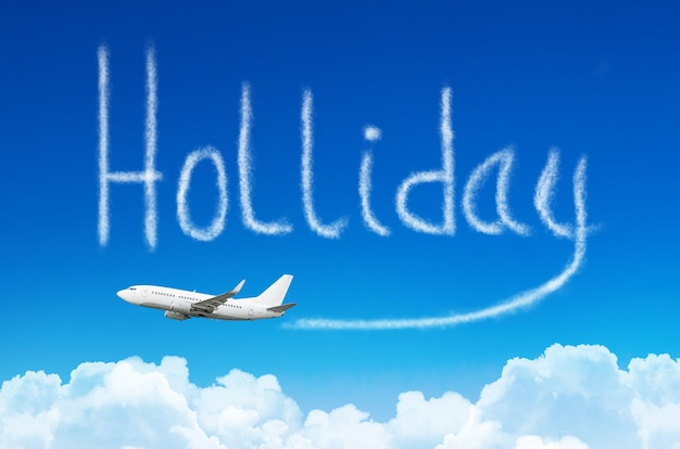 Una scia di vapore, fumo sotto forma di iscrizione - vacanza nel cielo da un aeroplano. il concetto di viaggio di vacanza.