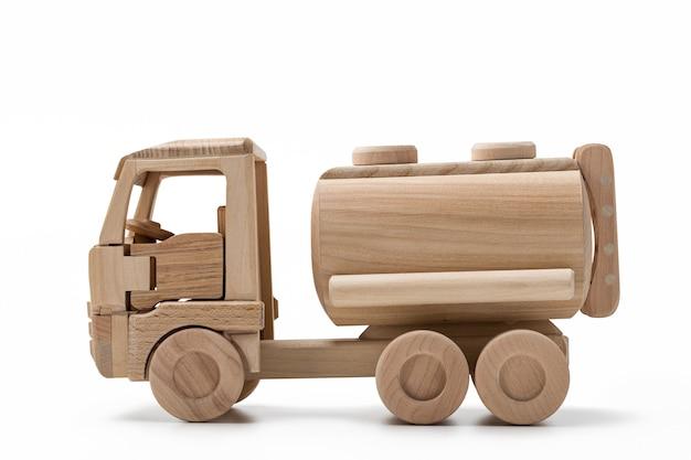 Autocisterna del rimorchio, giocattolo di legno. primo piano, in isolamento.