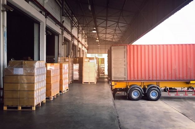Autotreno parcheggiato carico in banchina magazzino pacchi scatole spedizione spedizione magazzino logistica