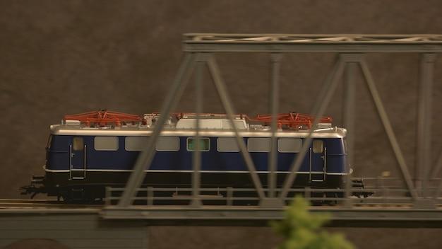 Treno sul ponte.