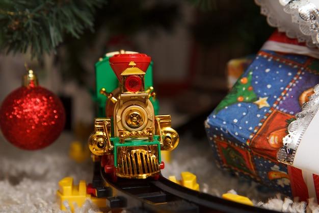 Treno regalo di natale. decorazioni natalizie.