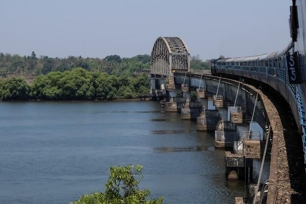 Treno che attraversa il fiume